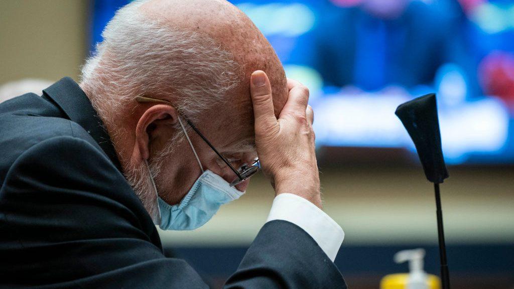 Director de los CDC: Covid-19 'ha puesto de rodillas a esta nación'