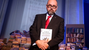 Spanish novelist Carlos Ruiz Zafon poses during the presentation of his new book El laberinto de los espiritus (The spirits' maze) at the Expiatory Church of the Sacred Heart of Jesus in Barcelona on November 17, 2016. / AFP / PAU BARRENA (Photo credit should read PAU BARRENA/AFP via Getty Images)