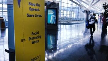 Los rebrotes de covid-19 impactan reservaciones de vuelos