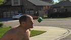 Le arrojan esponjas mojadas para romper un récord