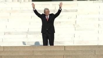 AMLO saluda a simpatizantes en monumento a Lincoln
