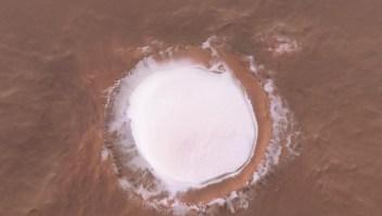 Imágenes increíbles: un cráter con agua congelada en Marte