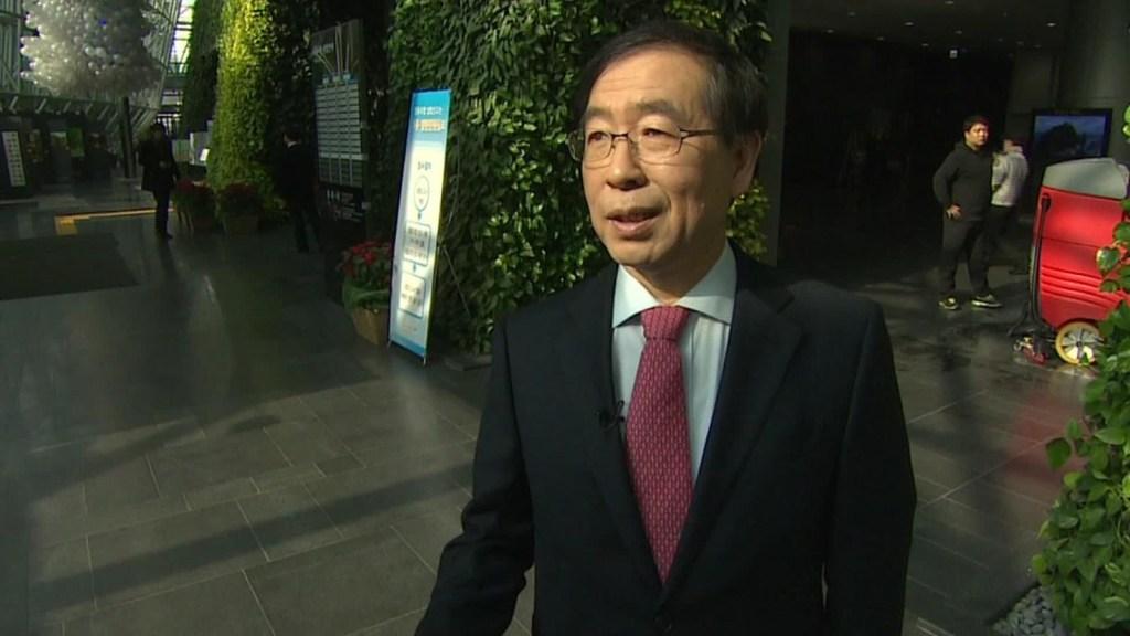 Hallan cuerpo del alcalde de Seúl tras varias horas de búsqueda