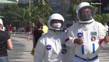 Brasil: buscan evadir al covid-19 con traje de astronauta