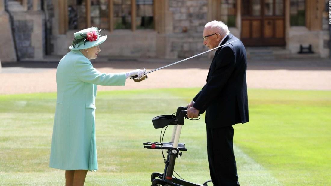 Veterano de 100 años es nombrado caballero por Isabel II