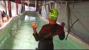 Padres construyen piscina para su hijo con plásticos y madera