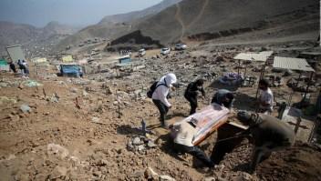 El trabajo que nadie quiere hacer: sepultar a las víctimas de covid-19