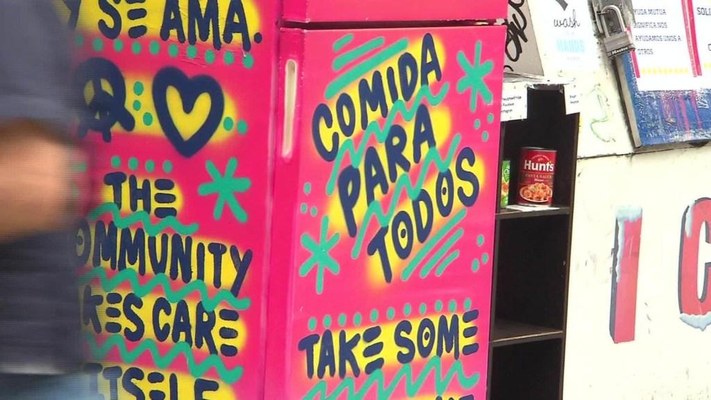 Coloridas neveras ofrecen comida gratis en tiempos de covid-19