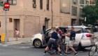 Controversia por un video que muestra a la policía de Nueva York llevándose a una mujer en una camioneta sin logos policiales