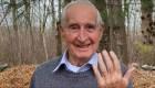 Desconocido ayuda a hombre a encontrar un anillo perdido