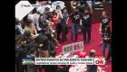 Parlamentarios lanzan intestinos de cerdo a opositores