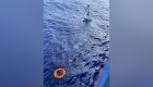 Así rescataron a navegante aferrado a su bote en Florida