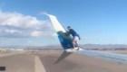 Graban a un hombre subido en un avión antes de despegar