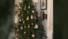 ¡Sorpresa! Un mapache en el árbol de Navidad