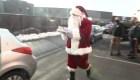 Santa Claus entrega juguetes y alimentos en Nueva Jersey