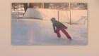 Un abuelo construye una pista de hielo para su nieto