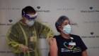 Así reciben la vacuna los trabajadores de la salud en Miami