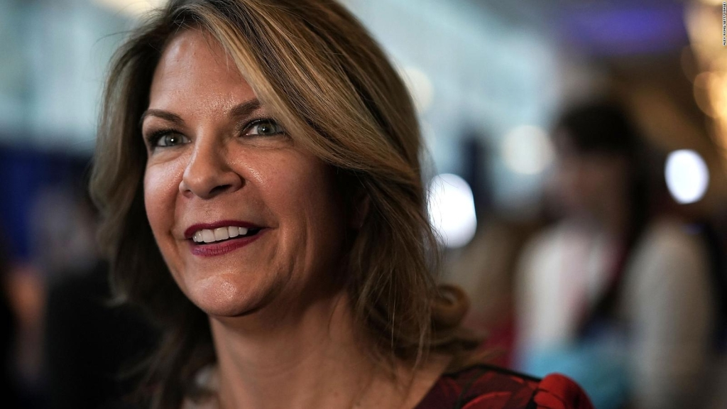 Los fieles a Trump en Arizona reeligen a Kelli Ward