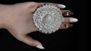 Anillo con miles de diamantes rompe récord Guinness