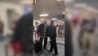 Legislador es acosado por seguidores de Trump en aeropuerto