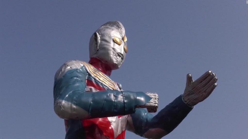 Crean estatua de superhéroe con más de 1.000 neumáticos