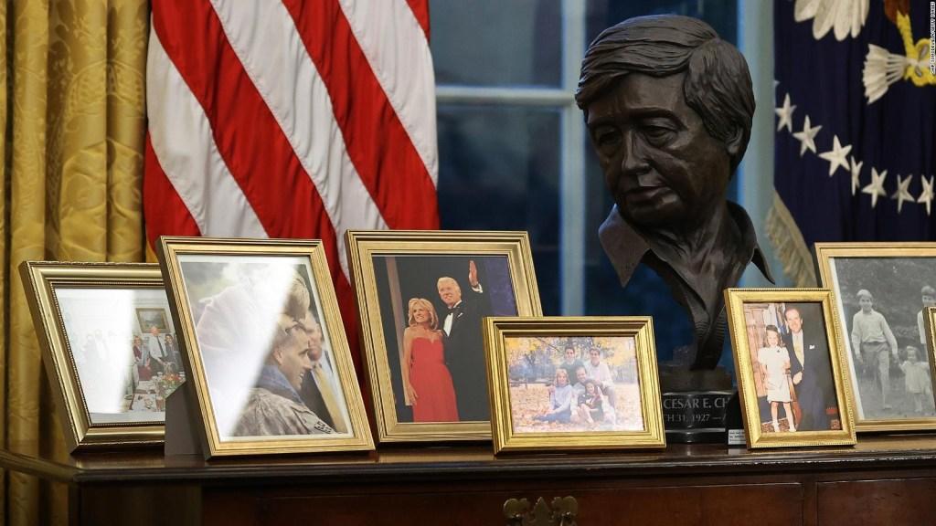 Biden honra a César Chávez con busto en la Oficina Oval