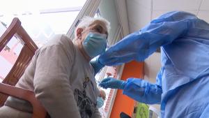 España busca vacunar al 70% de su población para el verano boreal