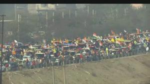 Miles de campesinos protestan con tractores en la India