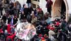 Agitadores golpean a policía con la bandera de EE.UU.