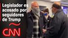 Vea el momento en que un legislador de California es acosado por simpatizantes de Trump en el aeropuerto