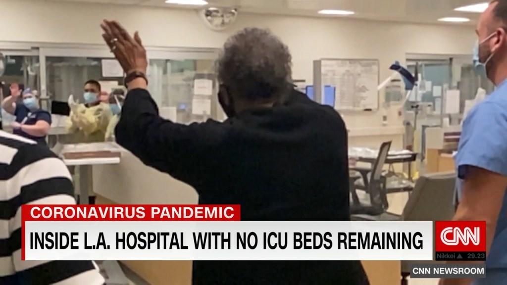 Mujer de 74 años pasó más de 40 días en la UCI por covid-19: así fue el reencuentro con sus médicos