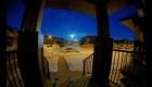 Una impresionante bola de fuego azul ilumina el cielo