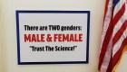 """Pancarta de Taylor Greene: """"Hay dos géneros: másculino y femenino"""""""
