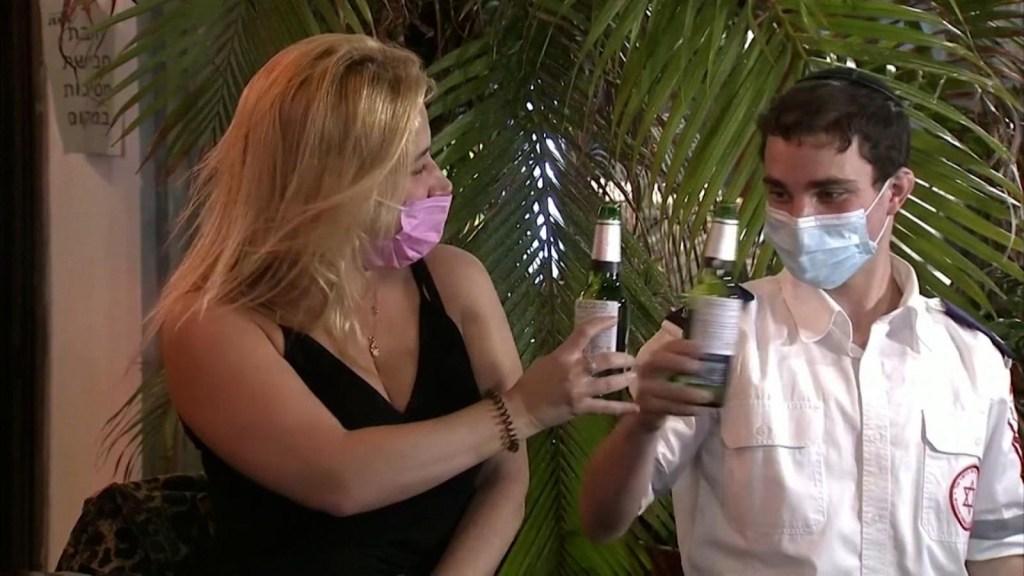 Bar en Israel ofrece bebidas a los vacunados