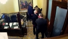 Muestran video de Pence y su familia escapando de ataque al Capitolio