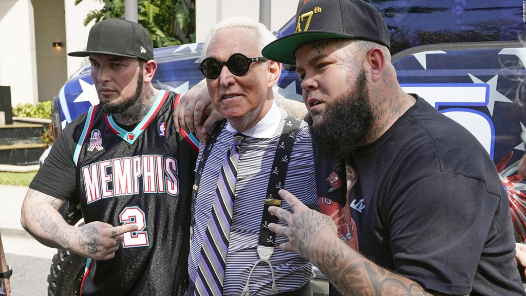 Roger Stone baila en un video pro-Trump de rap