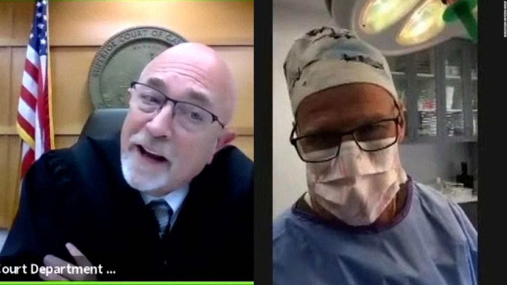 Cirujano pretendía atender un juicio mientras operaba a paciente