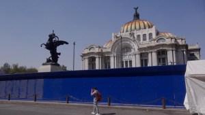 Protegen monumentos y edificios en México previo a marcha