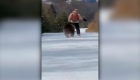 Oso salvaje persigue a un instructor de esquí en Rumania