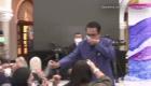 Primer ministro rocía a periodistas con desinfectante