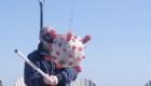 Celebran estar vacunados golpeando una piñata