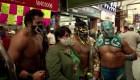 Luchadores mexicanos hacen cumplir el uso de mascarilla