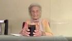 Mujer de 100 años celebra así haberse vacunado