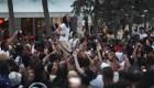 Policía lanza bolas de pimienta para hacer cumplir toque de queda