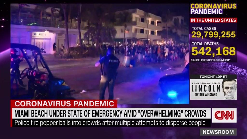 Policía hace cumplir el toque de queda en Miami Beach