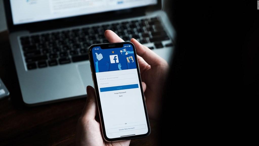 Filtran información de millones de usuarios de Facebook