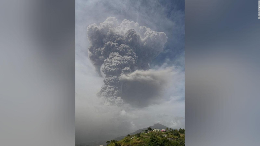 Volcán hace erupción en isla San Vicente