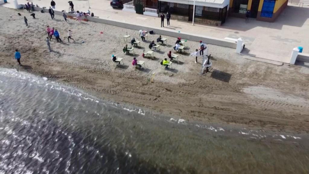 Frente al covid-19, clases a la orilla del mar