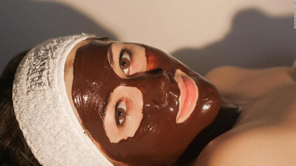 Experta dice cómo cuidar la piel bajo la mascarilla