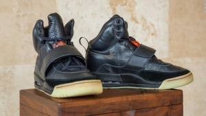 Subastan zapatillas usadas por Kanye West
